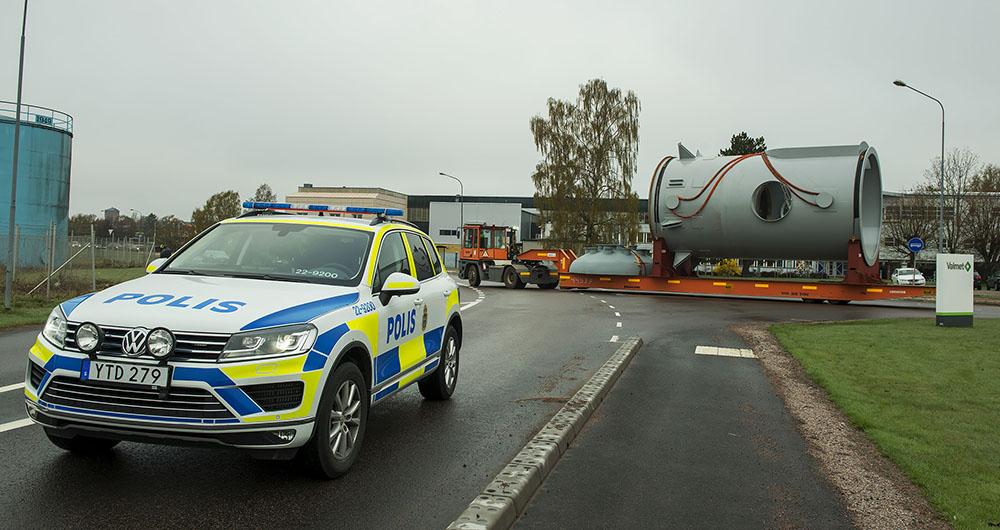 Polisen hjälper till med trafiken när RLT i Karlstad transporterar ut den stora förgasaren man tillverkat för Cortus Energy